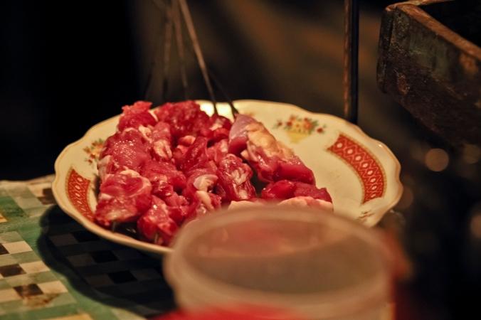 daging kambing diambil dari paha yang digantung-gantung
