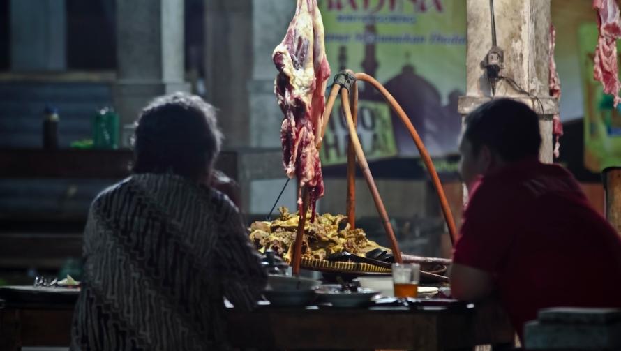 dan daging kambing pun jadi daging kambing conge di tengah obrolan seru dua bapak tua.