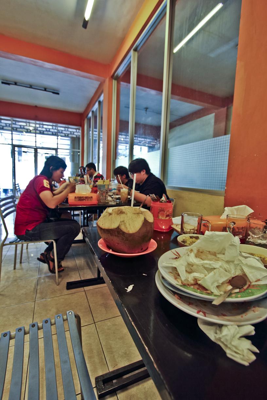 Kelar makan, nonton orang lain sibuk melahap kepiting. Masih lapar yah.