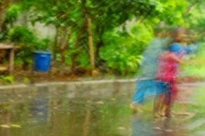Bermain hujanlah bersamaku, kata mereka.