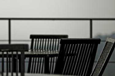 Meja dan kursinya dipesan hujan.