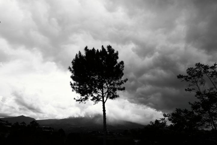 Kalau lumayan terang, Gunung Gede cukup jelas dari sini.