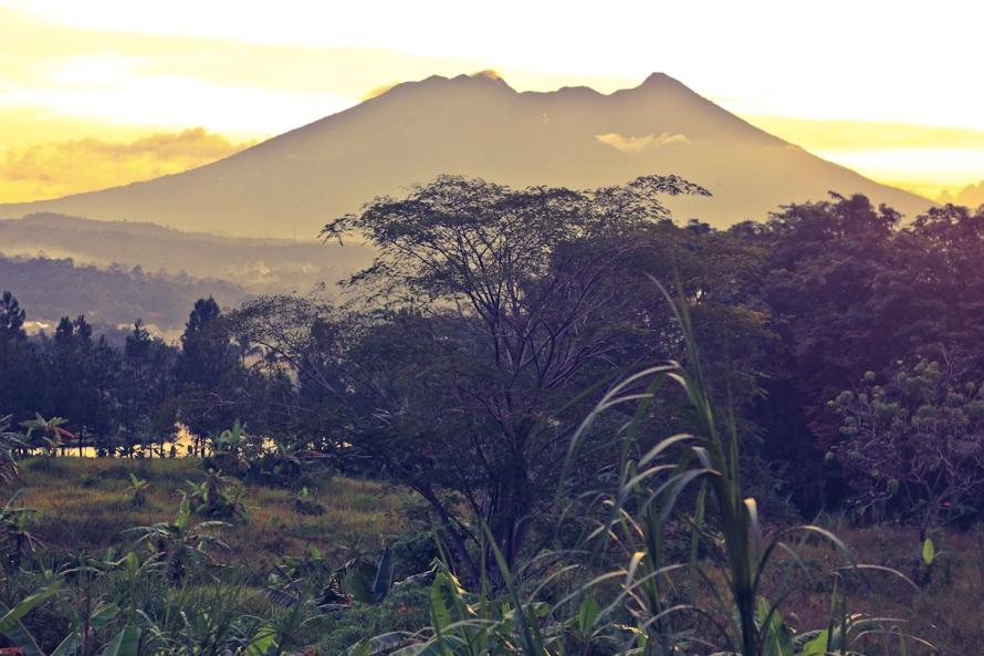 Gunung Salak menjelang senja. Pemandangan dari Sentul jika memang senjanya sedang giil. Pemandangan Gunung Salak jadi gila kerennya.