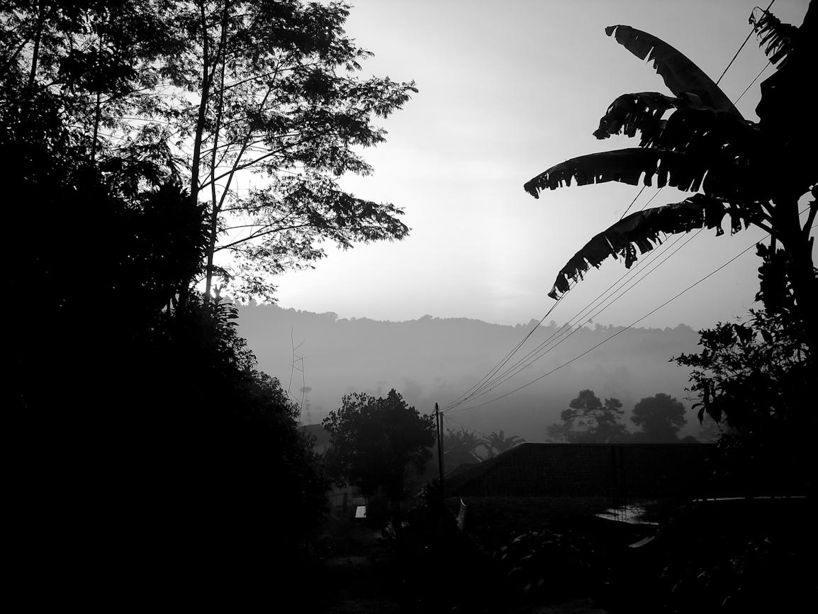 Kabut pagi di kaki Gunung Malang.