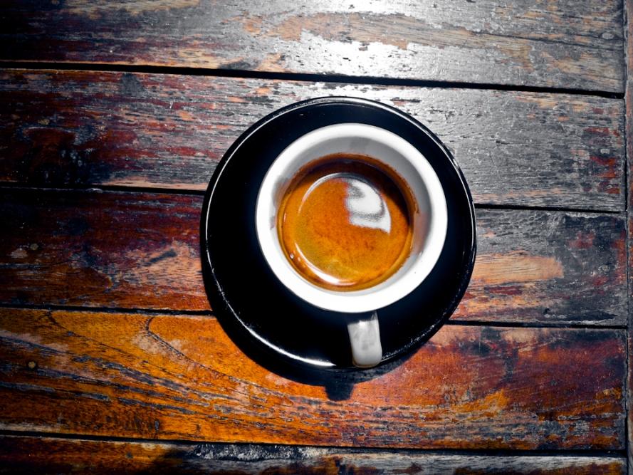 Ini double espresso. Akan menjadi sangat sensual jika dicelupkan ke dalamnya satu scope es krim coklat. Sekali lagi, dosa @toodzhouse itu bikin gendut orang:((