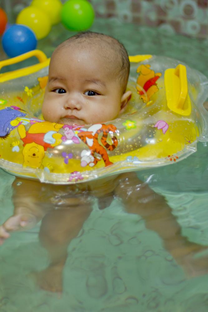 Merasakan asiknya berenang untuk pertama kalinya.