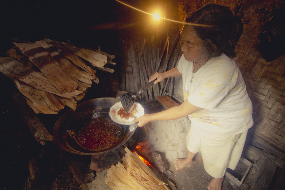 Ini NENEK EMPAT namanya. Dia dari jaman muda hingga nenek nenek menjadi pembuat gula. Suaminya yang bertugas menyadap pohon aren. Dia biasa memasak pagi dan sore.