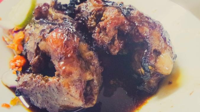 Sate buntel. Daging kambing dicincang, dibuntel lemak, dibakar. GILA! Nyandu parah!