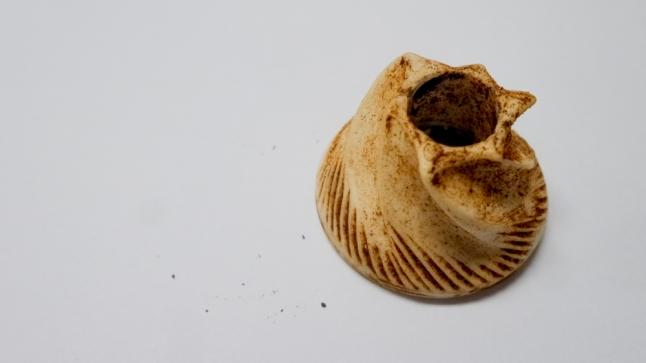 Ini namanya cone burr. Dibersihkan dengan cara disikat pakai sikat khusus untuk membersihkan perlengkapan hand grinder.
