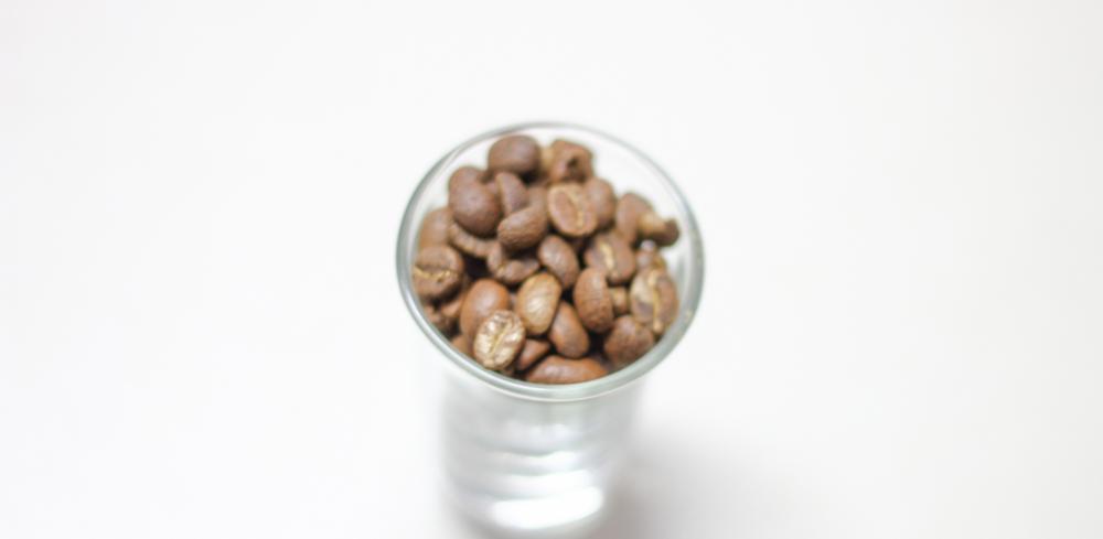 Light roast dari Yellow Caturra. Keras, alot dan inilah kopi langka di Indonesia karena buahnya ketika matang berwarna kuning.