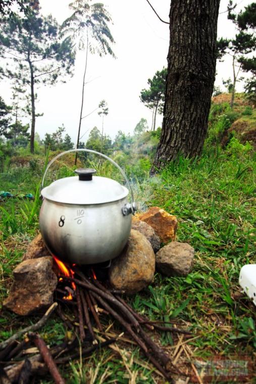 Masak nasi liwet harus pakai kayu bakar supaya rasanya otentik!