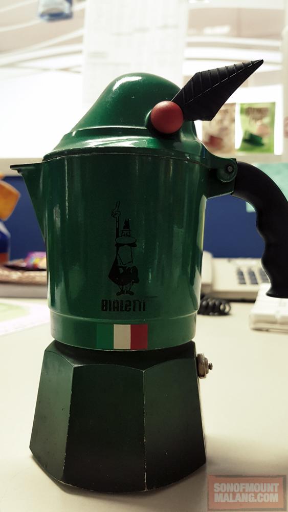 Bialetti Break Alpina 3 Cups seharga 650.00 ini sudah berumur dua tahun dan dipakai sehari dua kali bahkan lebih. Kalau weekend bisa dipakai sehari berkali-kali. Lihat saja pantatnya sudah mulai gosong. Itulah seninya kan:p