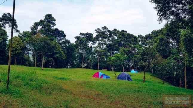 Lokasi kemping di dekat Curug Seribu