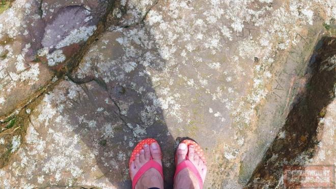 Tracking bermodalkan sandal jepit. Maklum kan anak gunung. Kalau bisa nyekerlah.